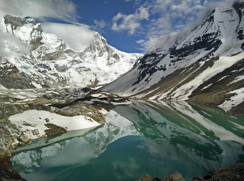 kedartal lake with huge mountian peak surrounding it