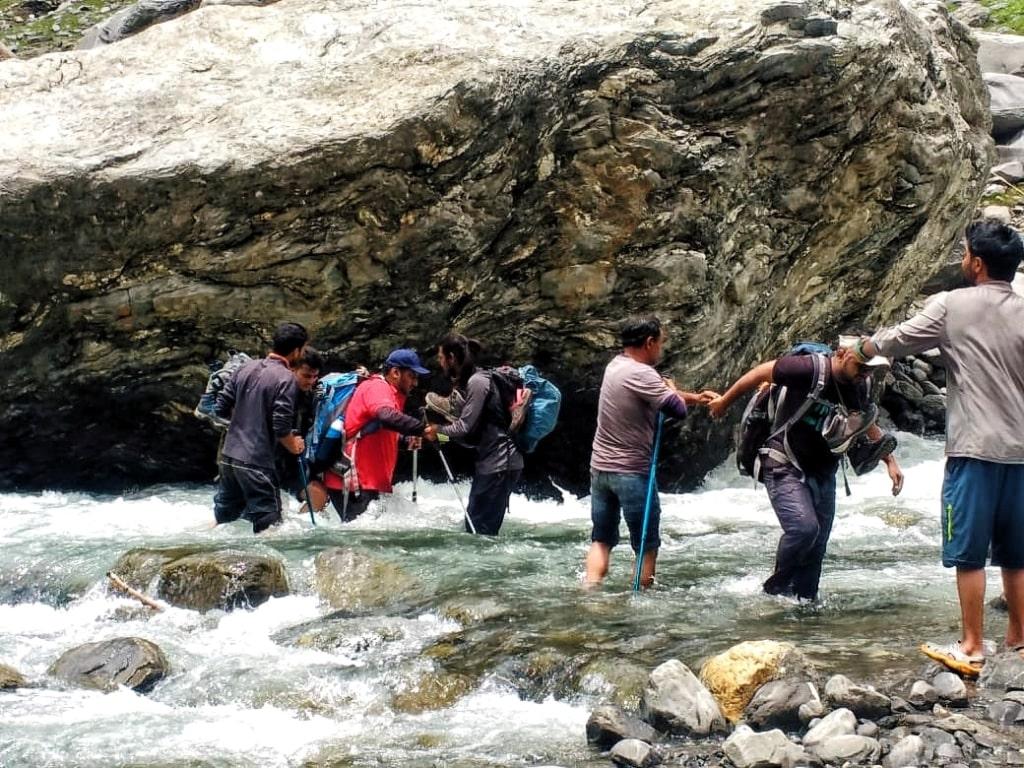 river crossing enroute hampta pass trek
