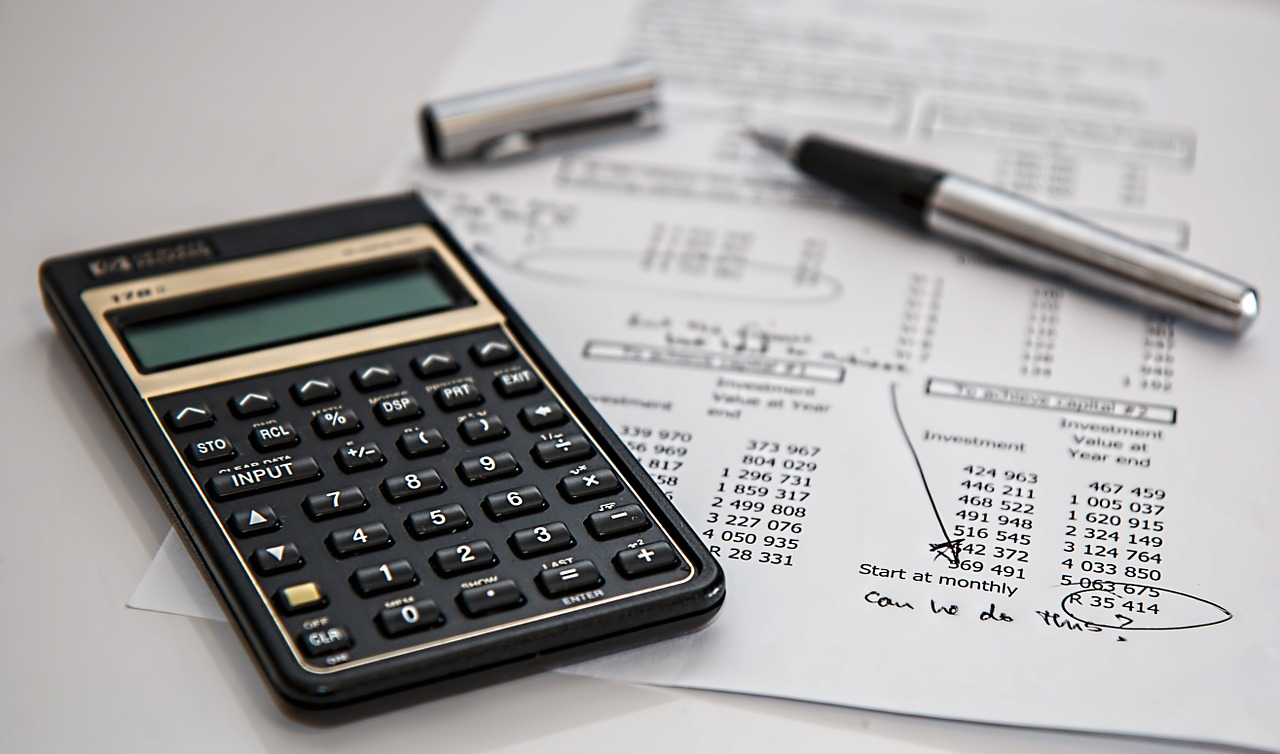 Calculation of finance limit using a calculator, a pen and a paper in which calculation is done