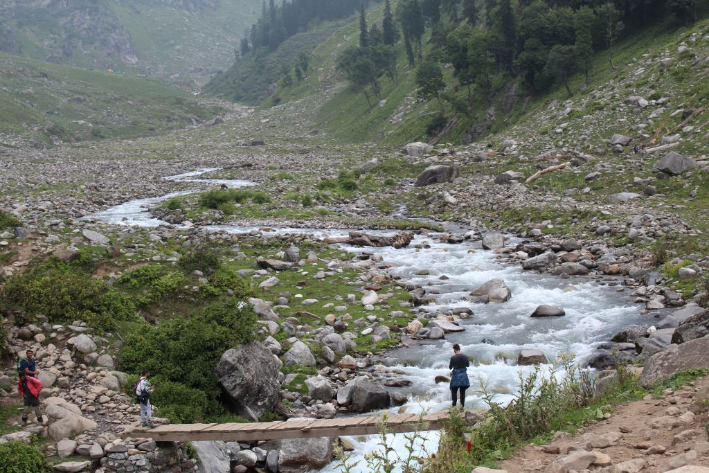 stream crossing during hampta pass trek