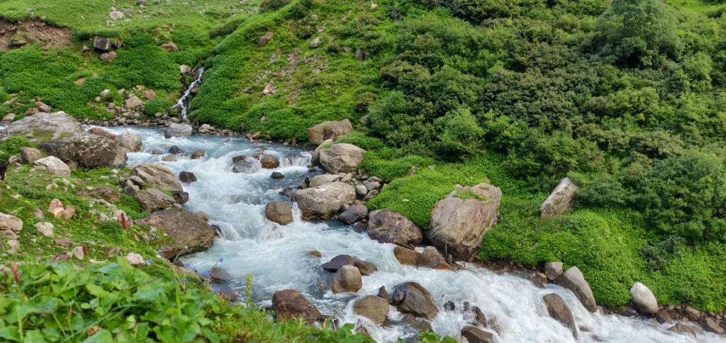 stream enroute hampta pass