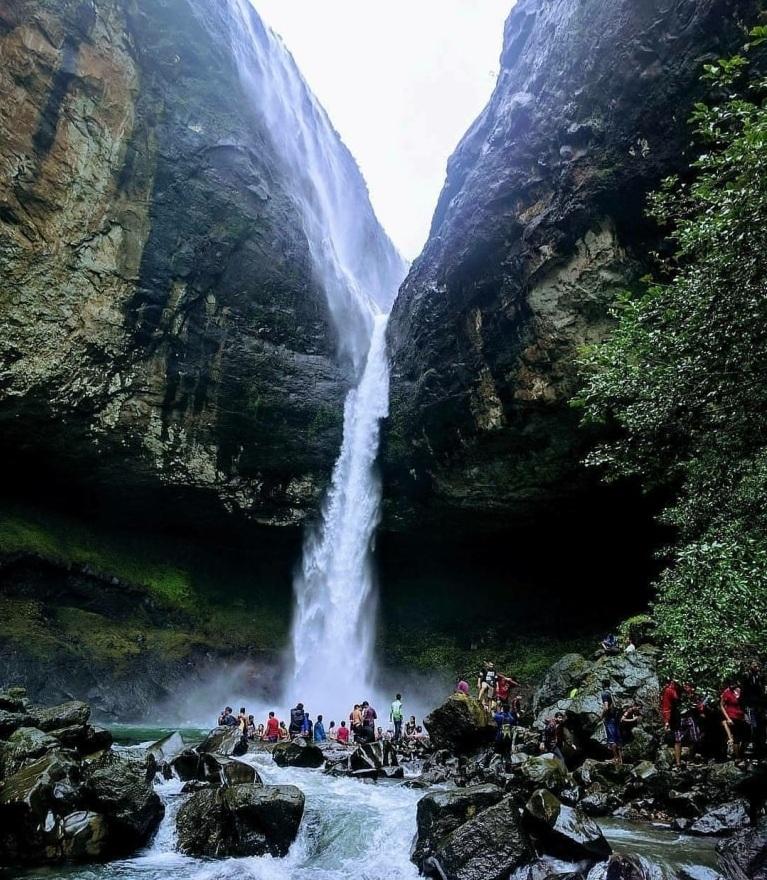 devkund waterfall trekking in maharashtra
